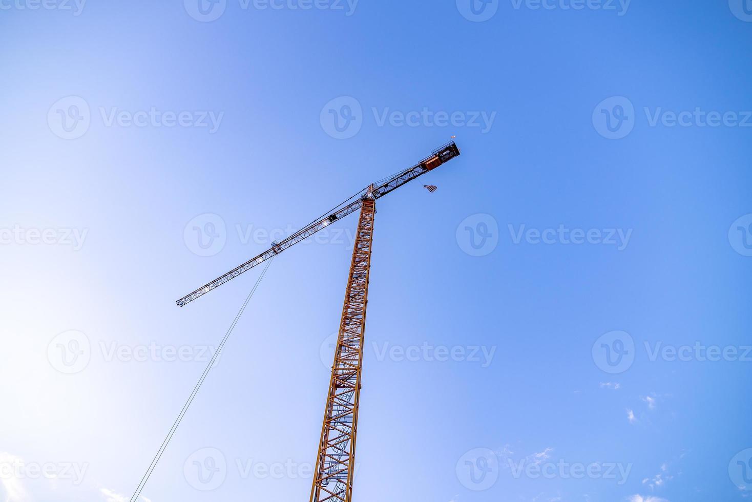 Construcción de gran altura en una gran ciudad temprano en la mañana foto