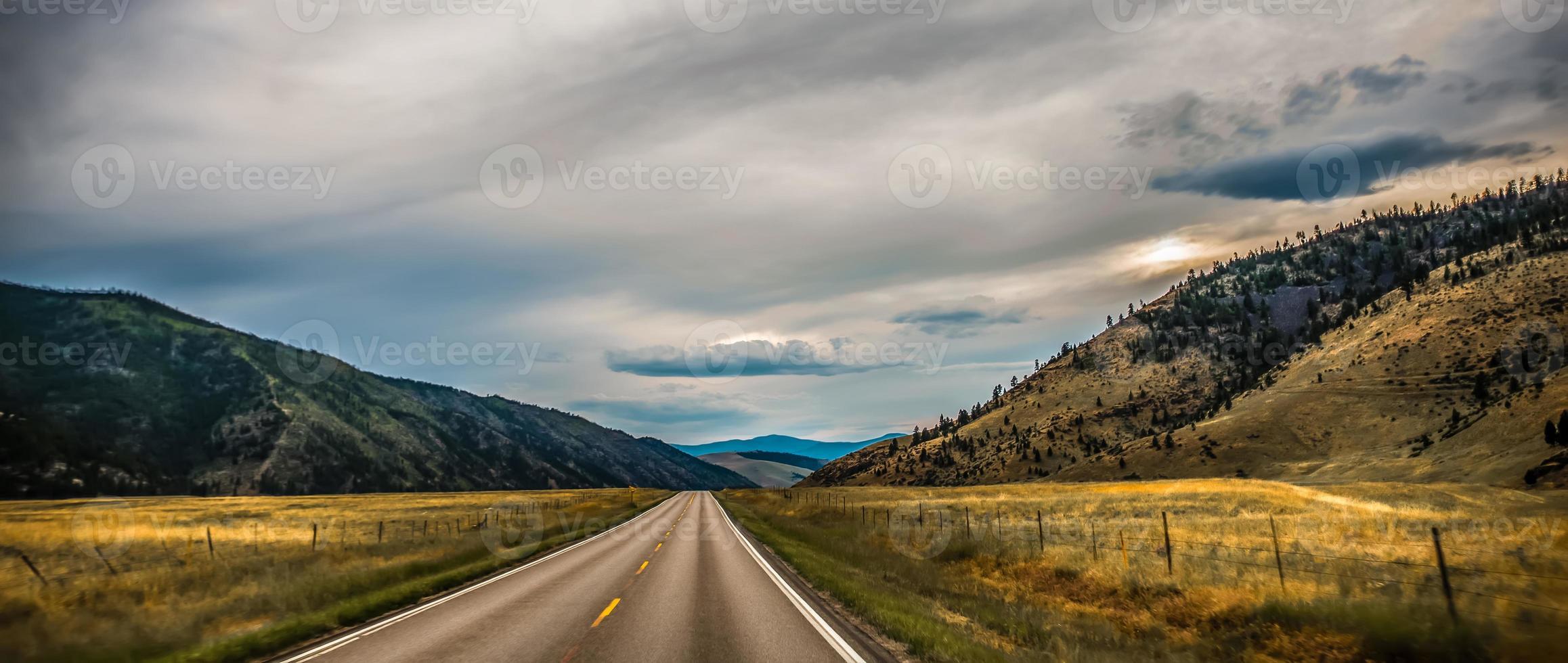 Amplio paisaje de montaña abierto en verano foto