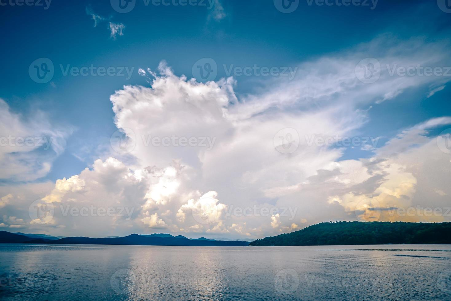 hermosas escenas de paisajes en el lago jocassee, carolina del sur foto