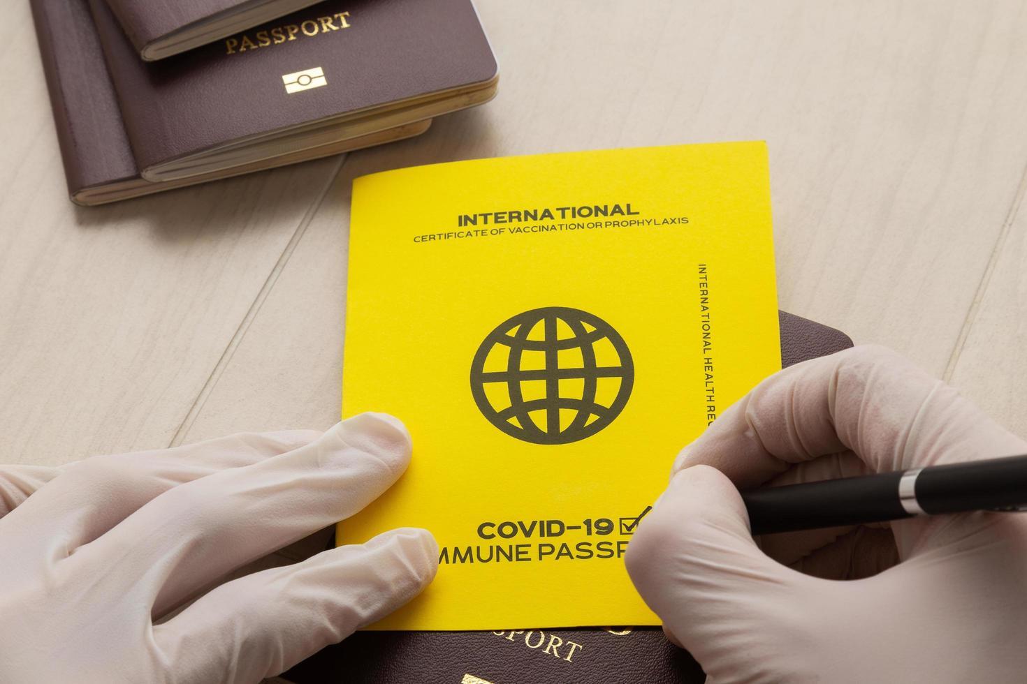 mano firmando pasaportes de vacunas foto