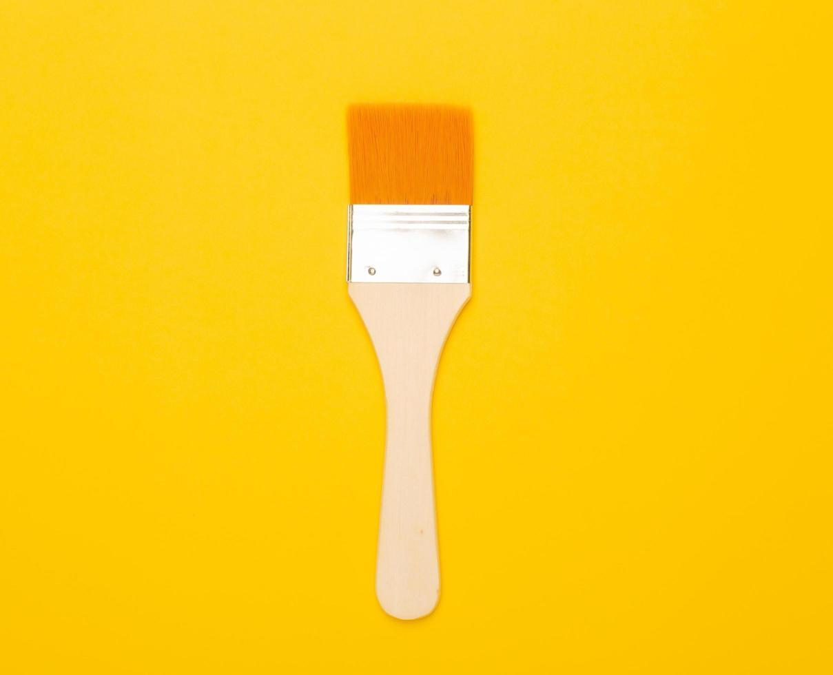 pincel aislado sobre fondo amarillo foto