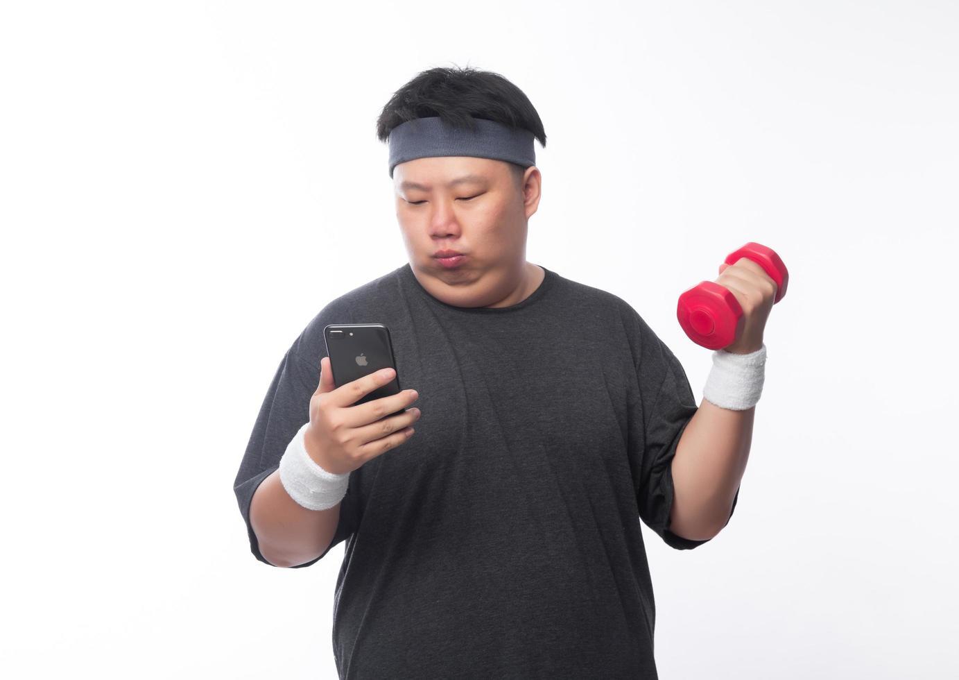 Joven asiático divertido deporte gordo ejercicio con mancuernas foto