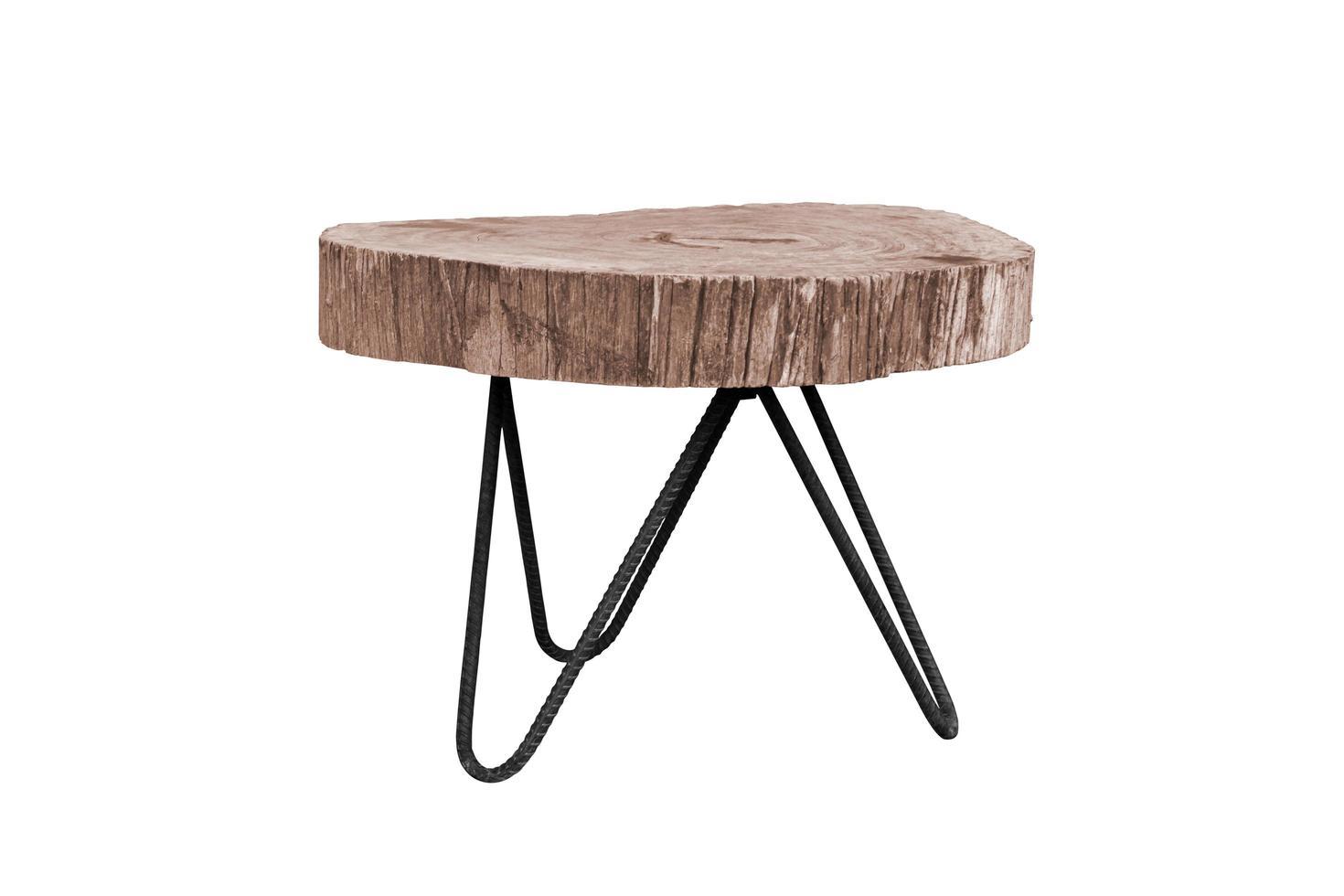 Mesa de madera con patas de acero simplista aislado sobre fondo blanco. foto
