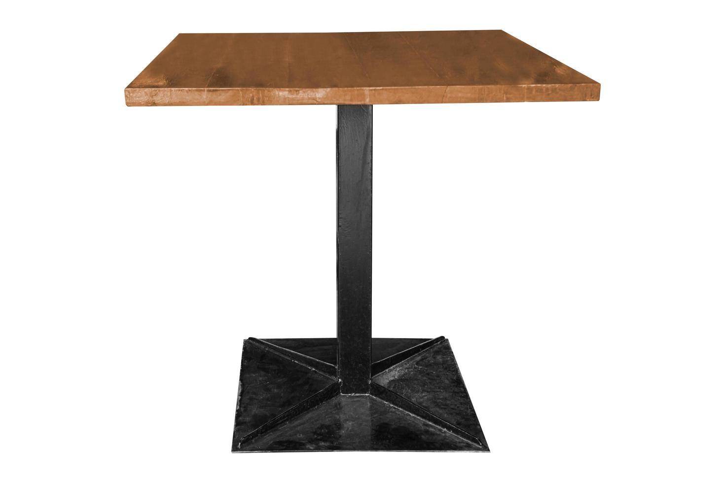 Mesa de madera moderna con patas de acero sobre fondos blancos foto