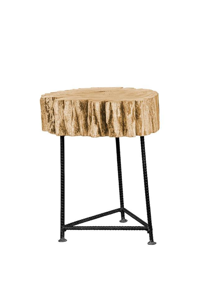 Silla de madera con patas de acero simplista aislado sobre fondos blancos foto