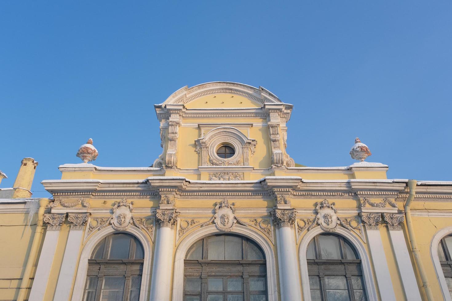 pintoresca fachada de una antigua casa histórica en st. petersburgo rusia foto