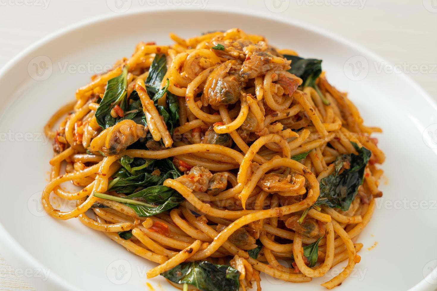 espaguetis salteados con pasta de almejas y guindilla foto