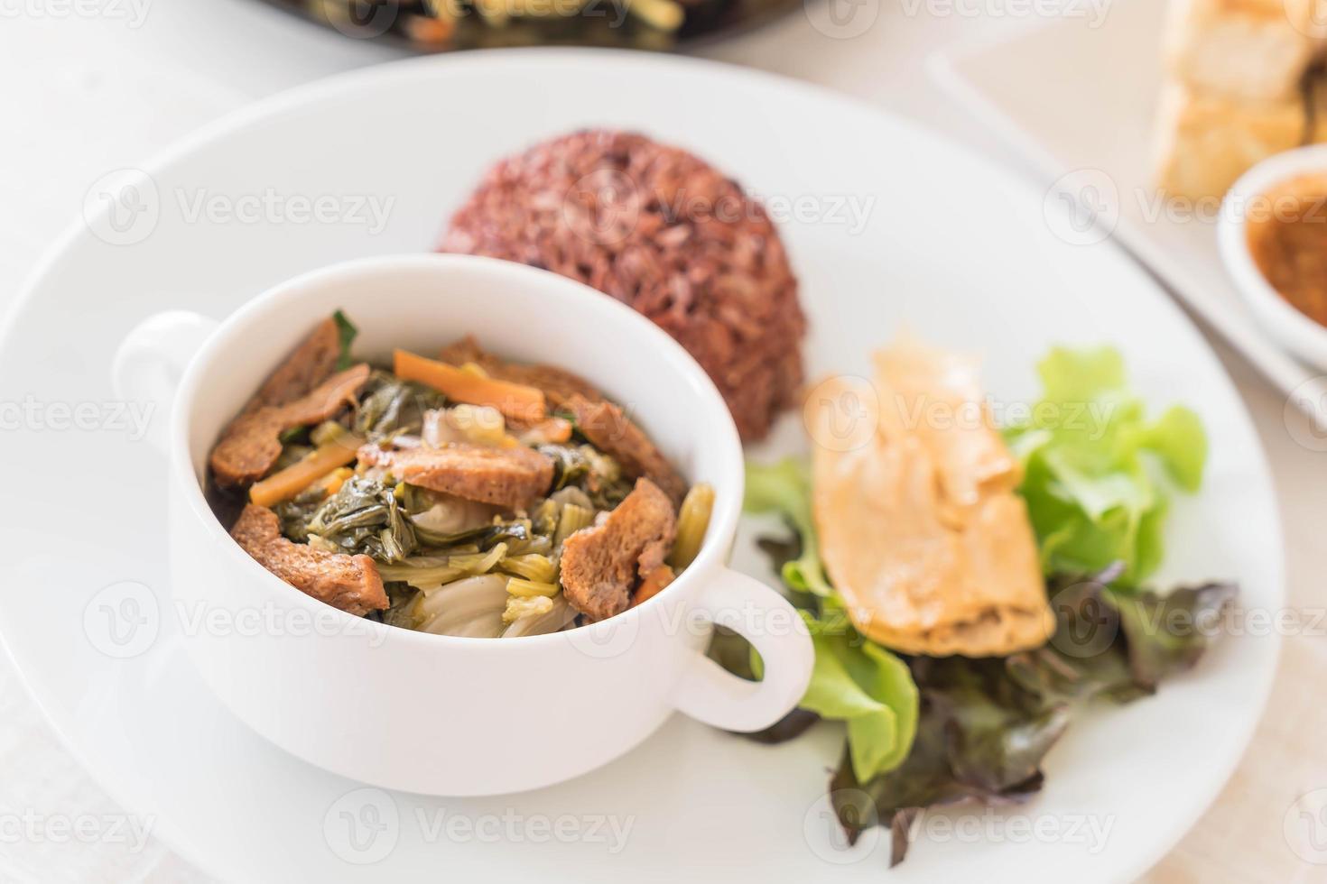 Guiso de verduras chino y tofu con arroz de bayas foto