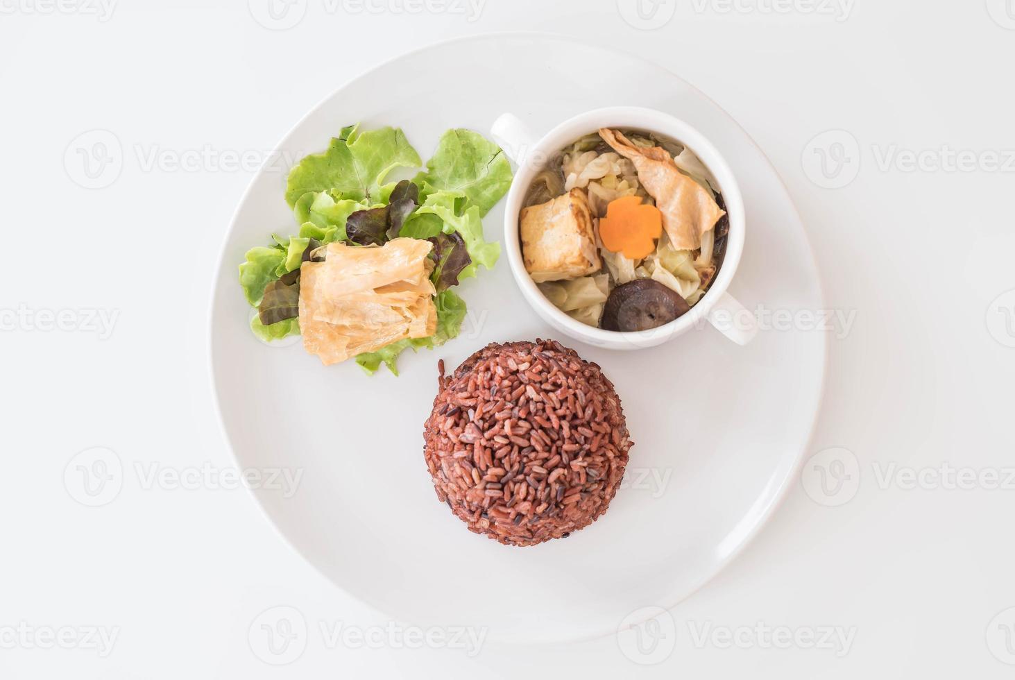 sopa de repollo rellena con arroz de bayas y tofu foto