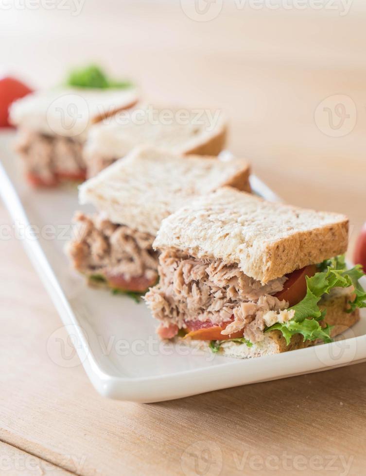 sándwich de atún en la mesa foto