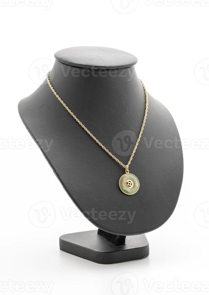 Collar hermoso y de lujo con collar de soporte de joyería sobre fondo blanco. foto
