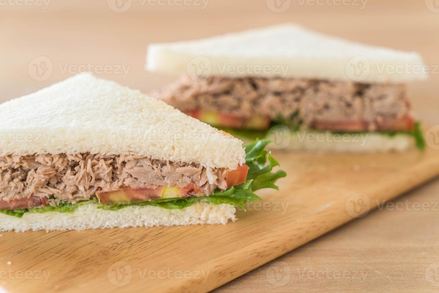 sándwich de atún en tablero de madera foto