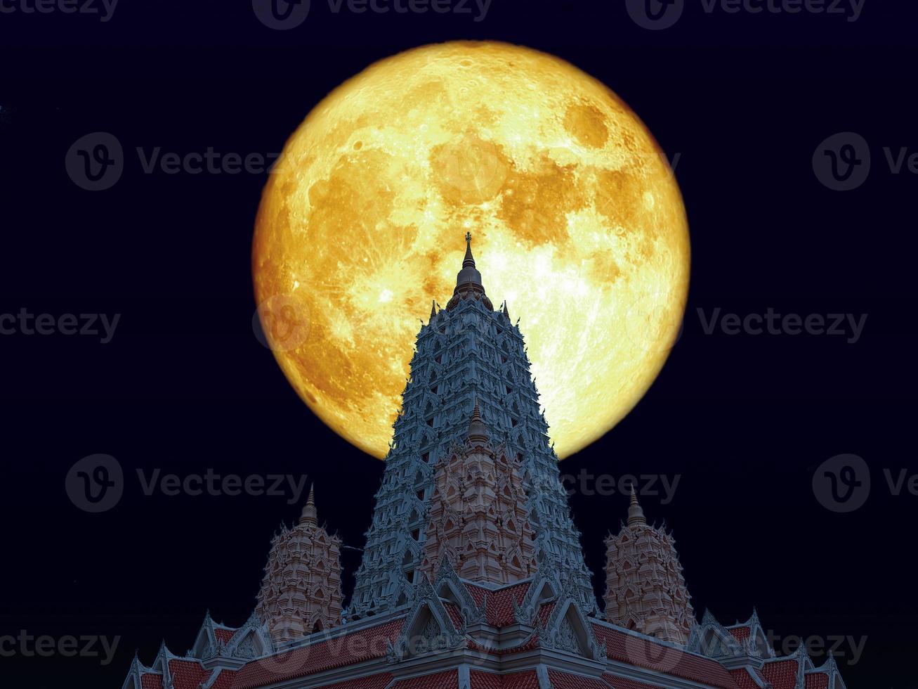 luna llena de sangre sobre la pagoda buddhagaya en el cielo nocturno foto