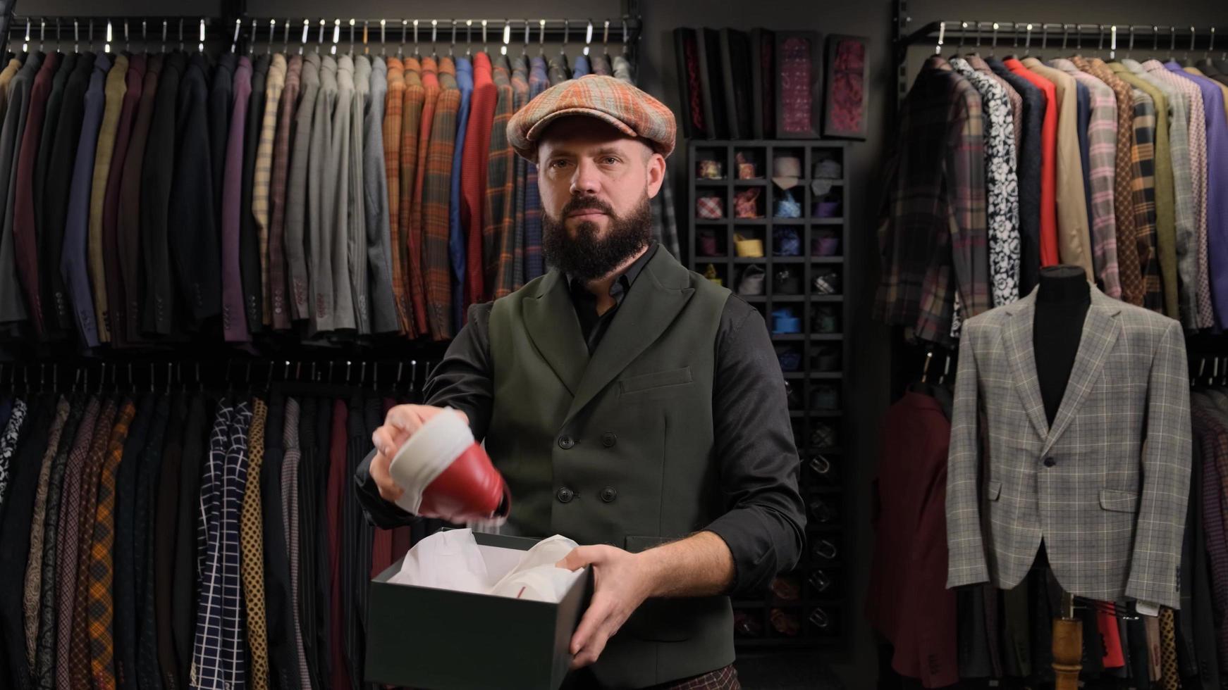 diseñador de moda masculino o vendedor que saca un zapato de una caja y lo demuestra foto