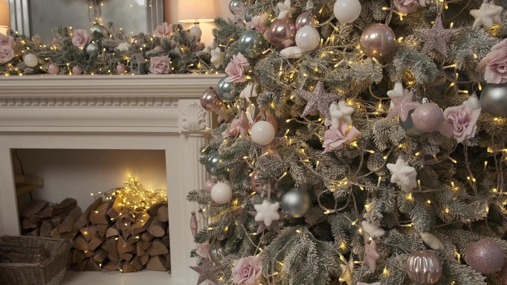 acogedora habitación con un ambiente navideño. chimenea, árbol de navidad resplandeciente. ambiente hogareño confortable. espíritu de navidad y año nuevo. Navidad. bucle de fondo de vídeo. foto