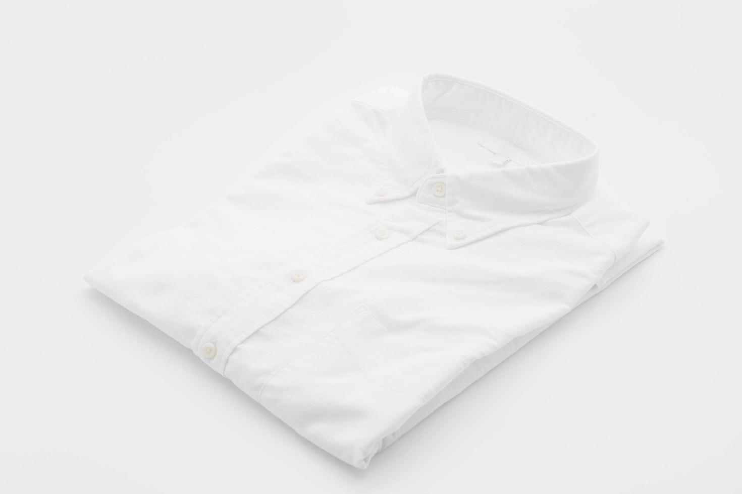 camisa blanca sobre blanco foto