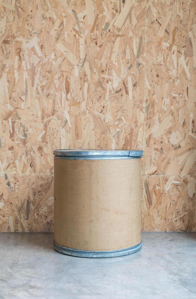 silla moderna con fondo de madera en el salón foto