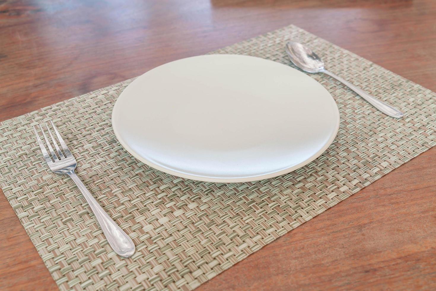 plato vacío cuchara y tenedor foto