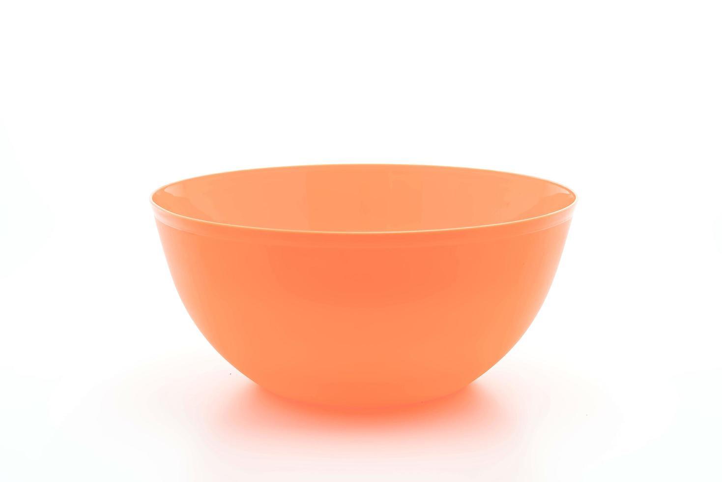 Recipiente de plástico naranja sobre fondo blanco. foto