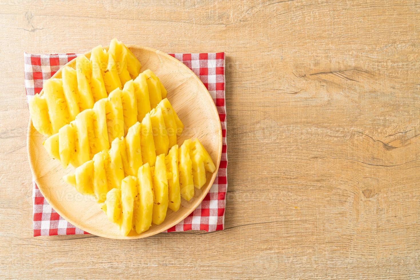 Piña fresca en rodajas en un plato blanco. foto