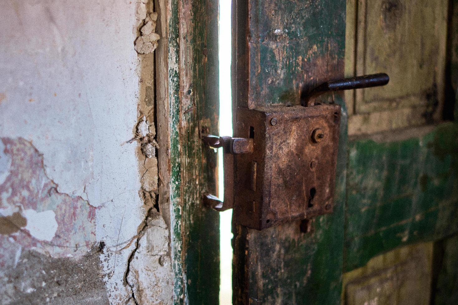 Primer plano de un viejo candado desgastado en una puerta foto