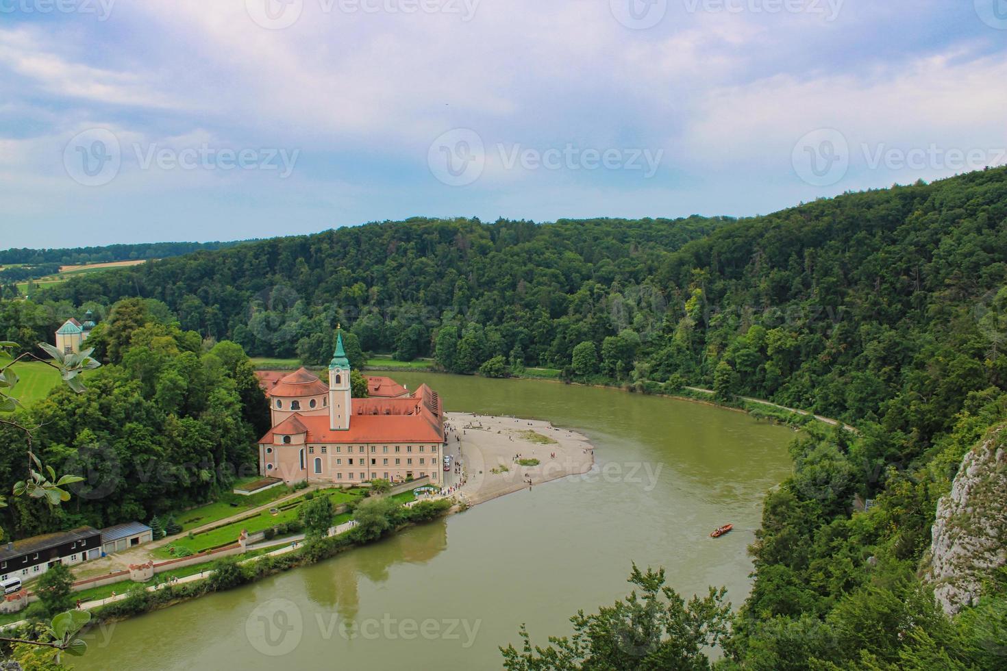 río danubio alrededor del pueblo de weltenburg foto