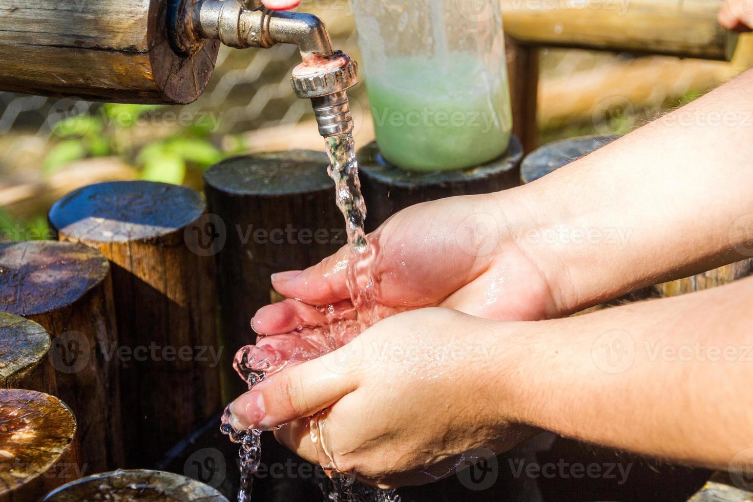 mujer lavándose las manos al aire libre en río de janeiro. foto