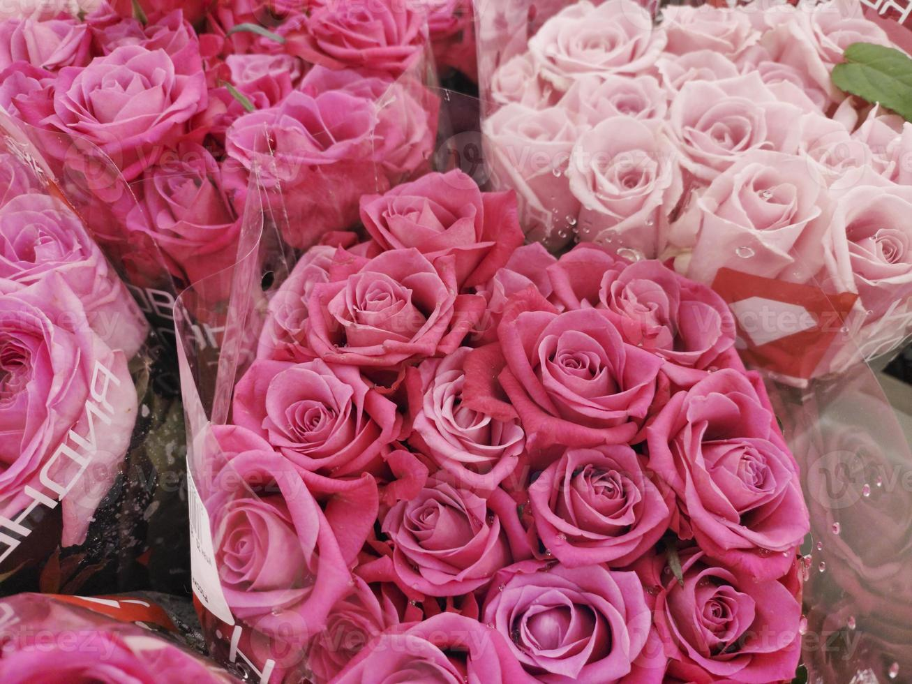 vendiendo rosas en la tienda. ramos de flores para las fiestas. foto