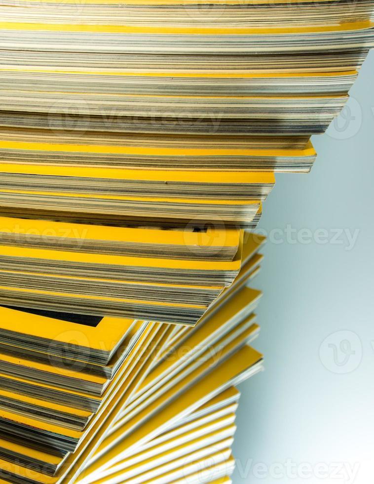 pila de revista mensual amarilla foto