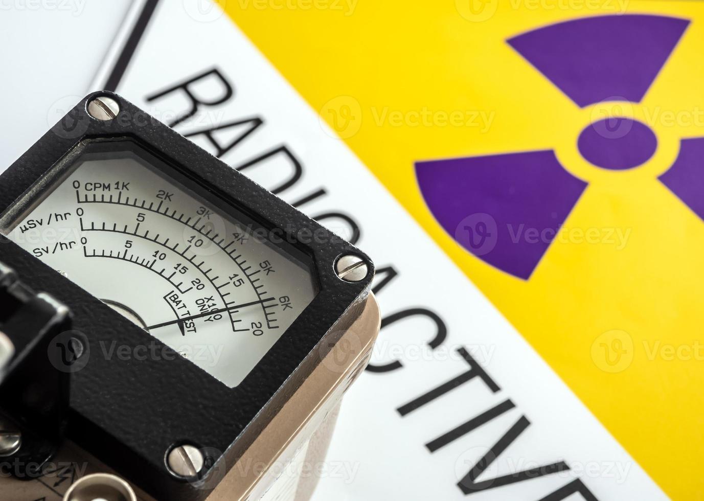 medición de radiación con medidor de radiación de mano foto