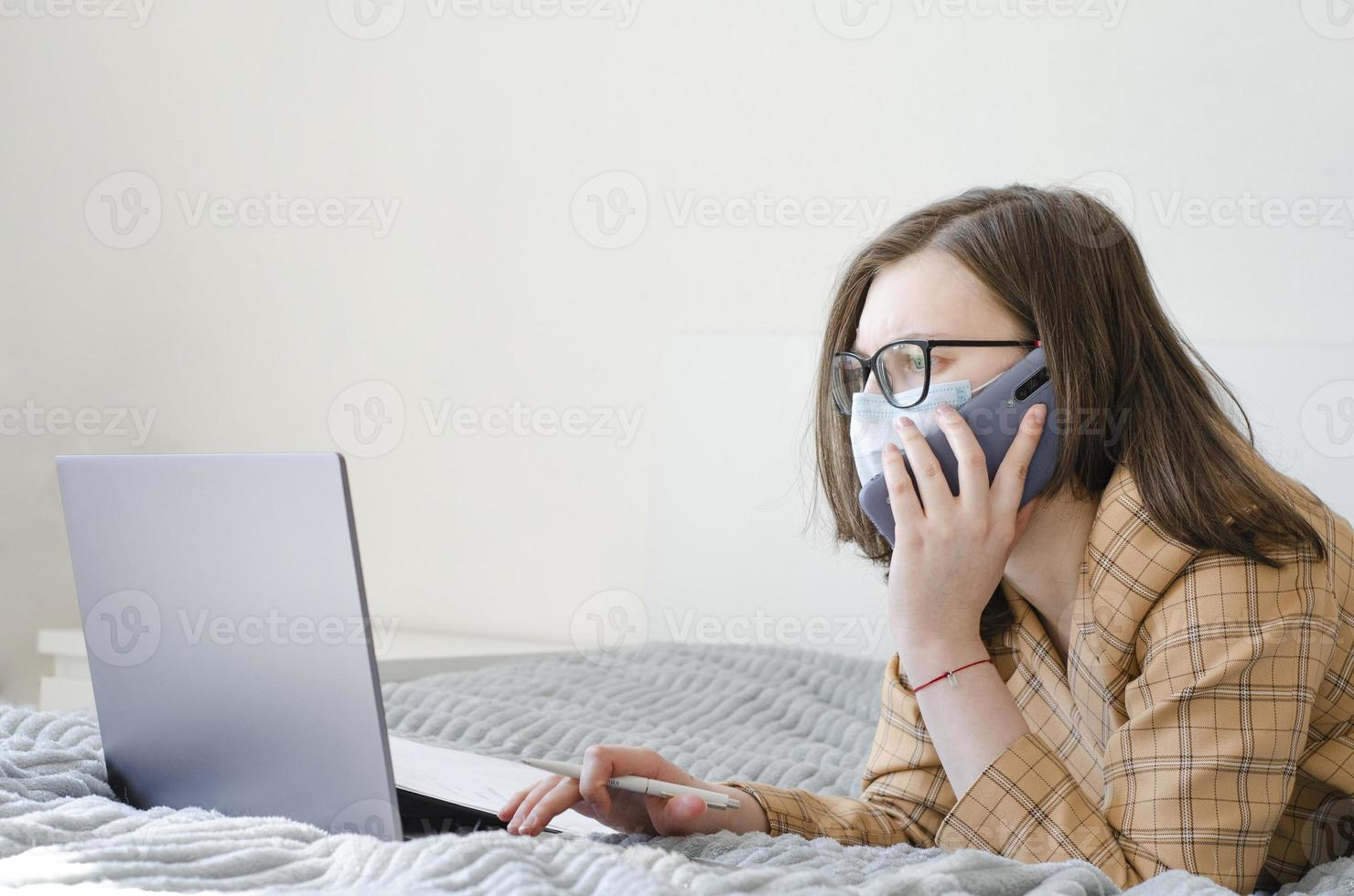 coronavirus. cuarentena. mujer de negocios resuelve problemas de trabajo de forma remota. foto