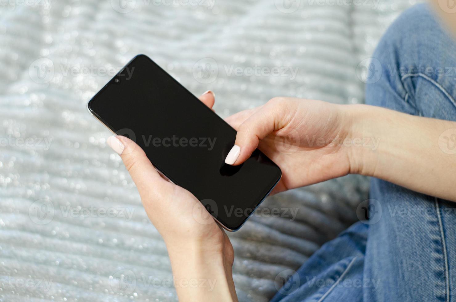 una niña está usando su teléfono móvil. comunicación a distancia. foto