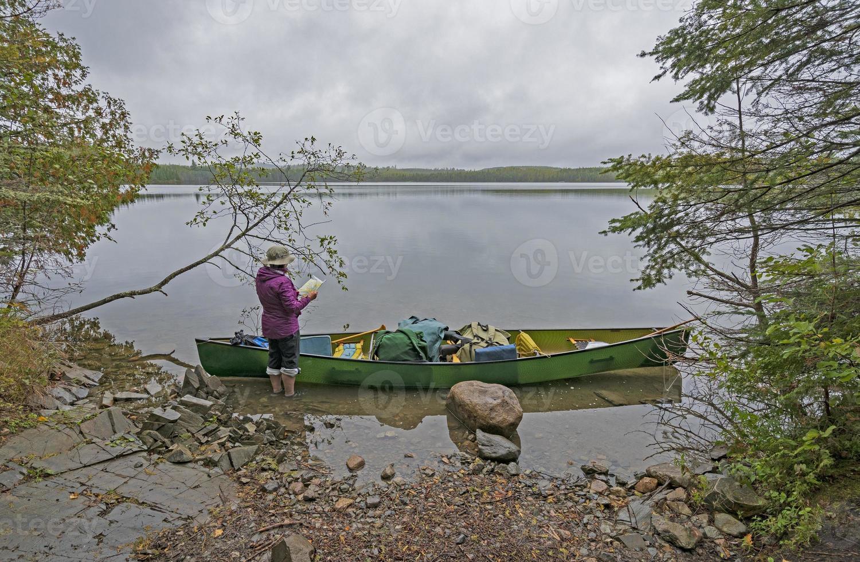 comprobando la ruta en un lago brumoso foto
