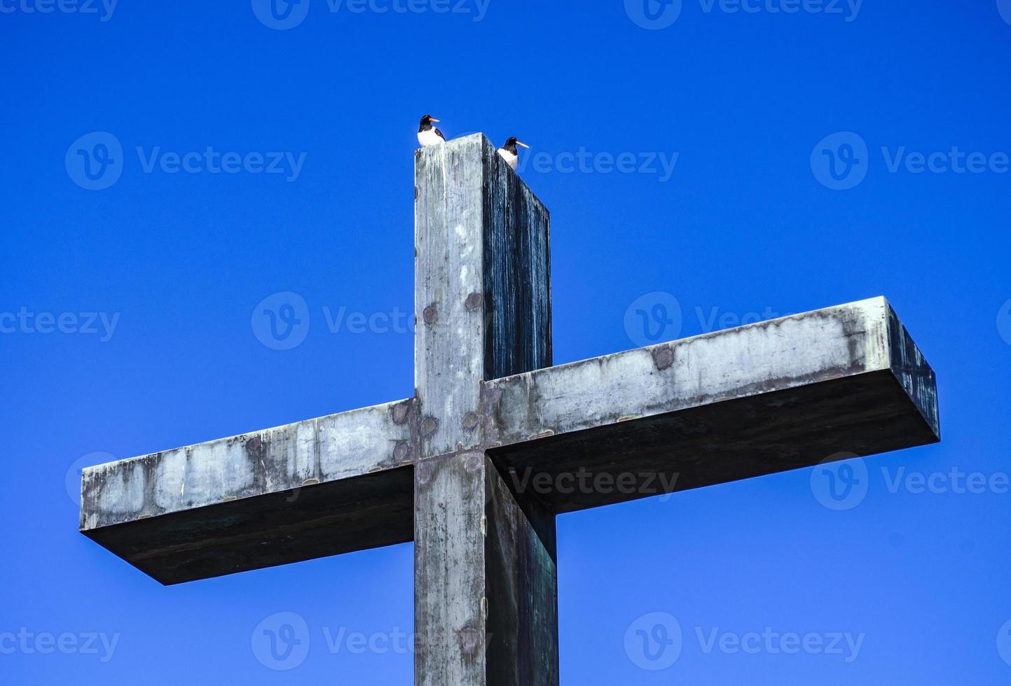 Monumento. cruz de metal de la memoria. foto