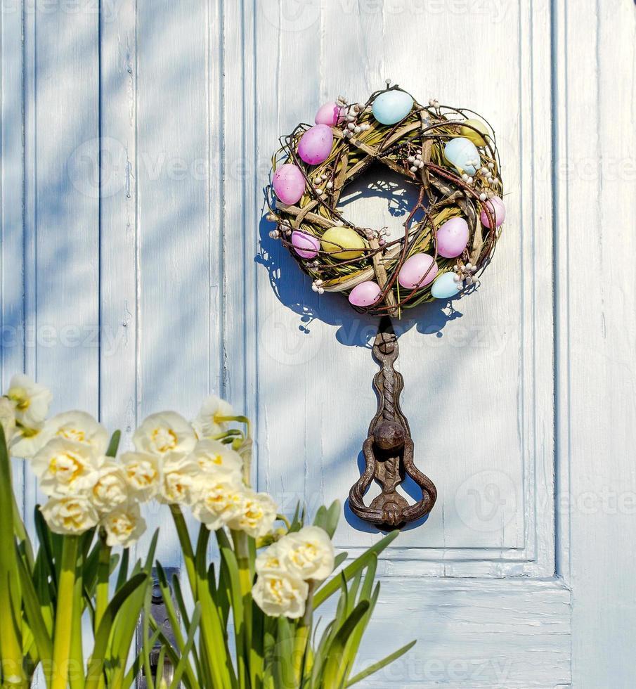 corona de pascua en la puerta. la puerta de la casa. foto