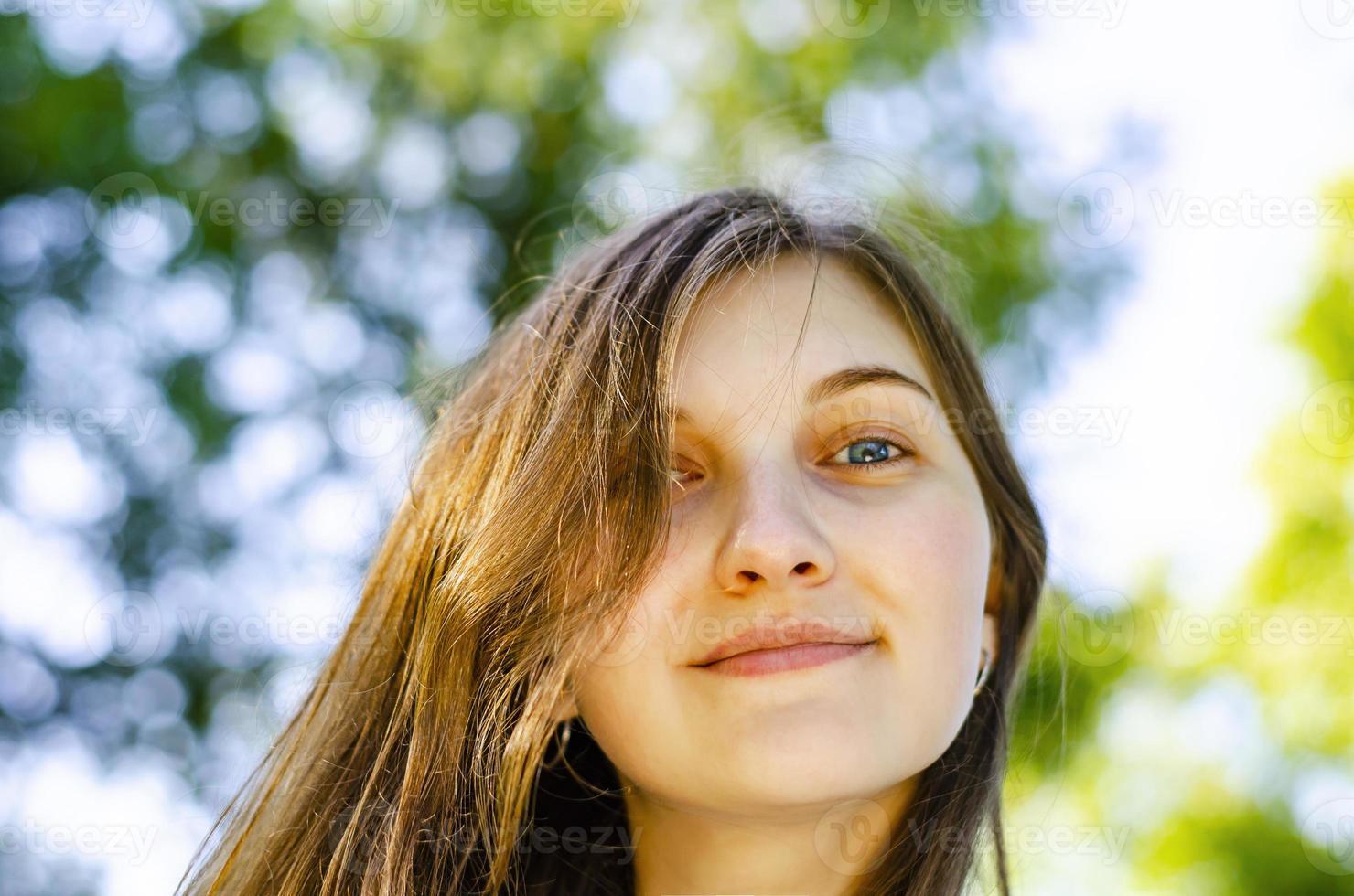 hermosa chica, cabello castaño. sonríe. bosque, verano. foto