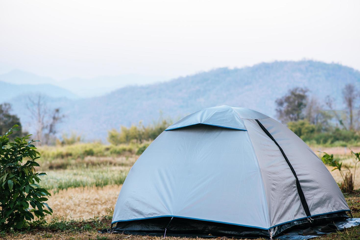 carpa turística en campamento en la montaña. foto