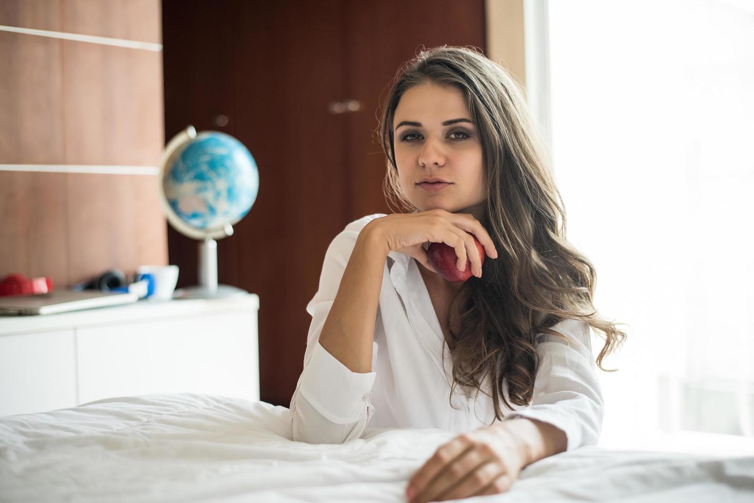 retrato, de, mujer, acostado, en la cama foto