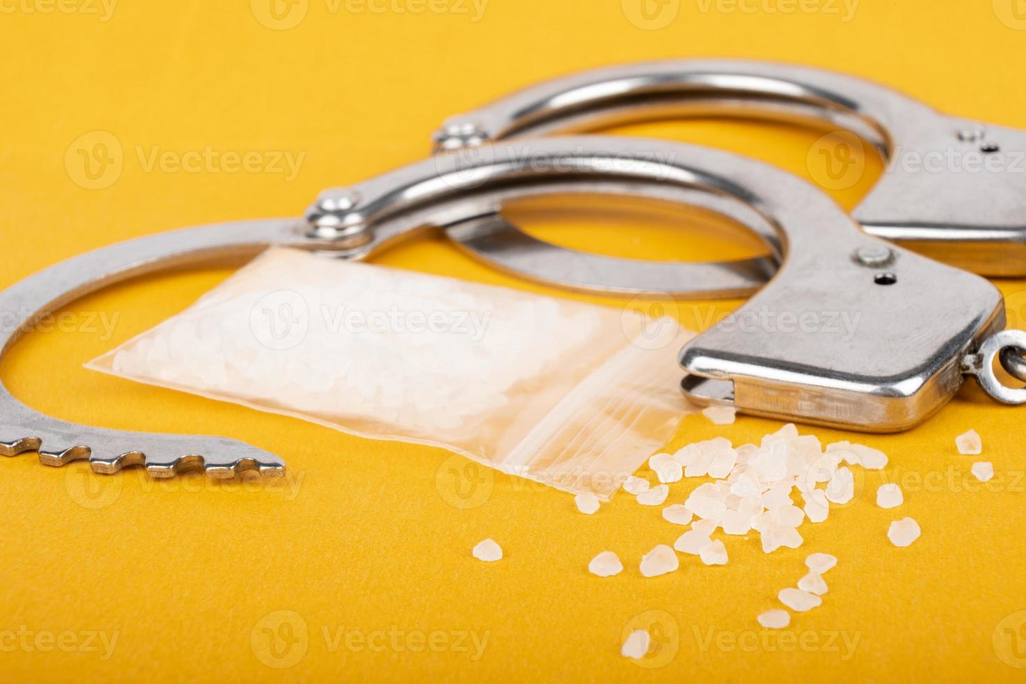 esposas y cristales de droga, arresto de un traficante de drogas foto