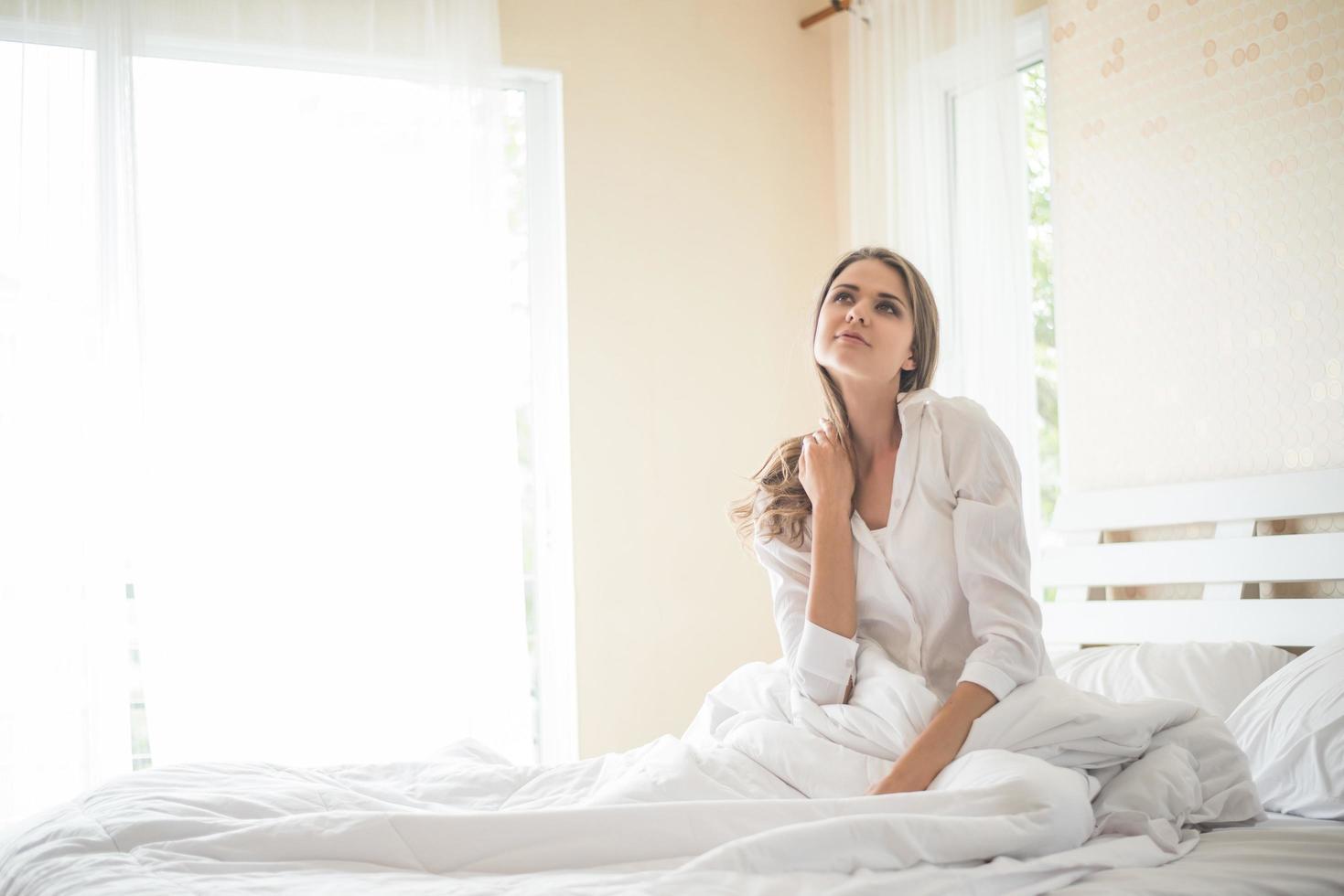 perezoso, mujer joven, sentado, en, dormitorio foto