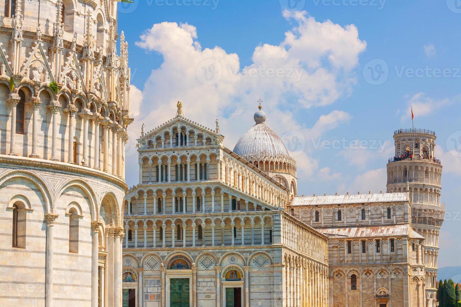 La torre inclinada, el paisaje urbano del centro de la ciudad de Pisa en Italia foto
