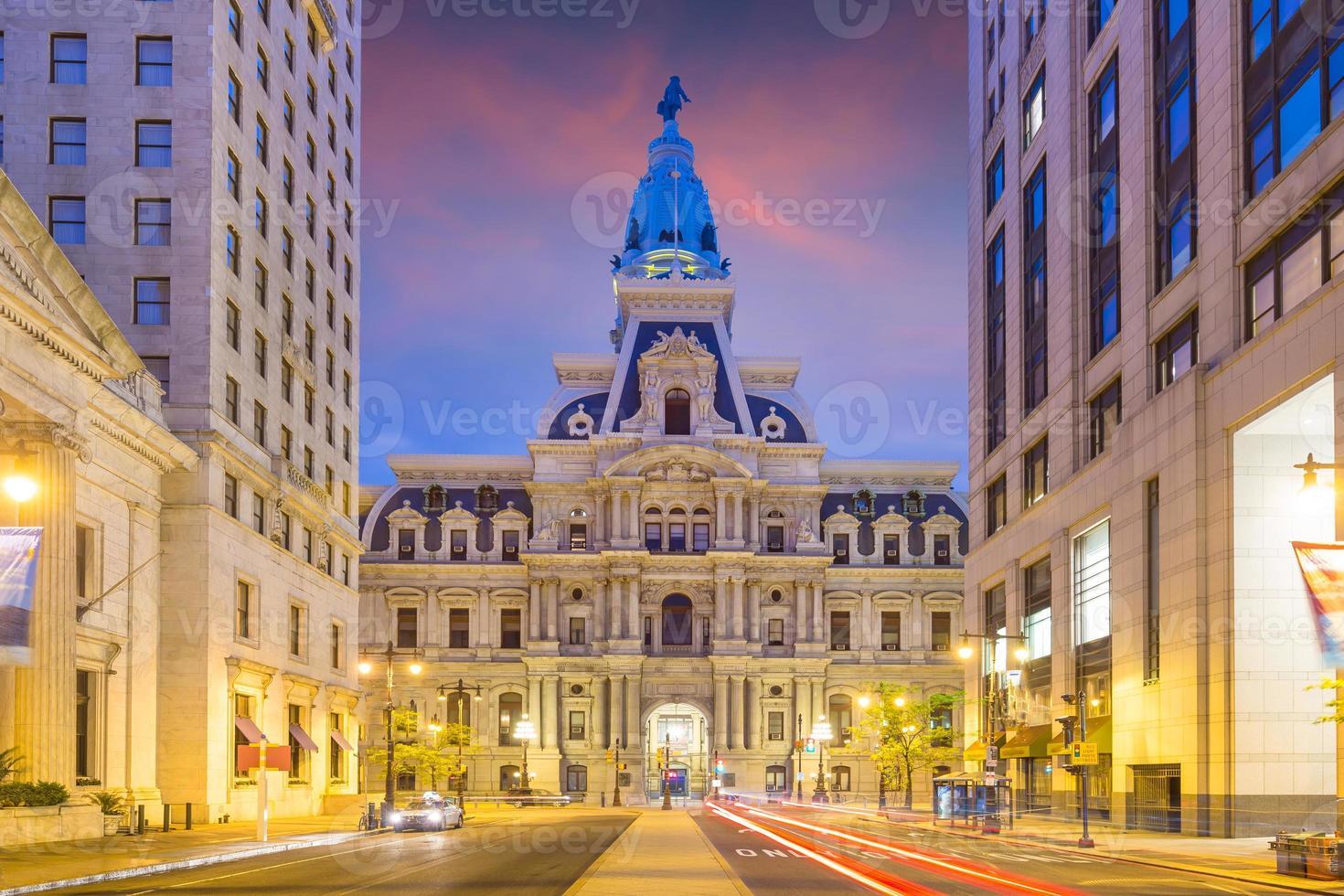 Edificio del ayuntamiento histórico de Filadelfia en penumbra foto