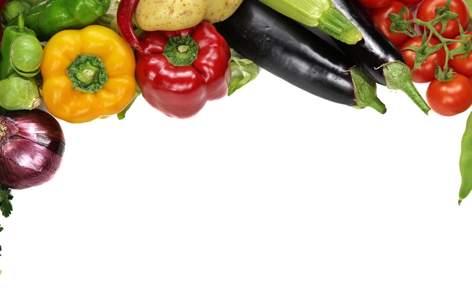 mezcla fresca y saludable de composición vegetal cruda foto
