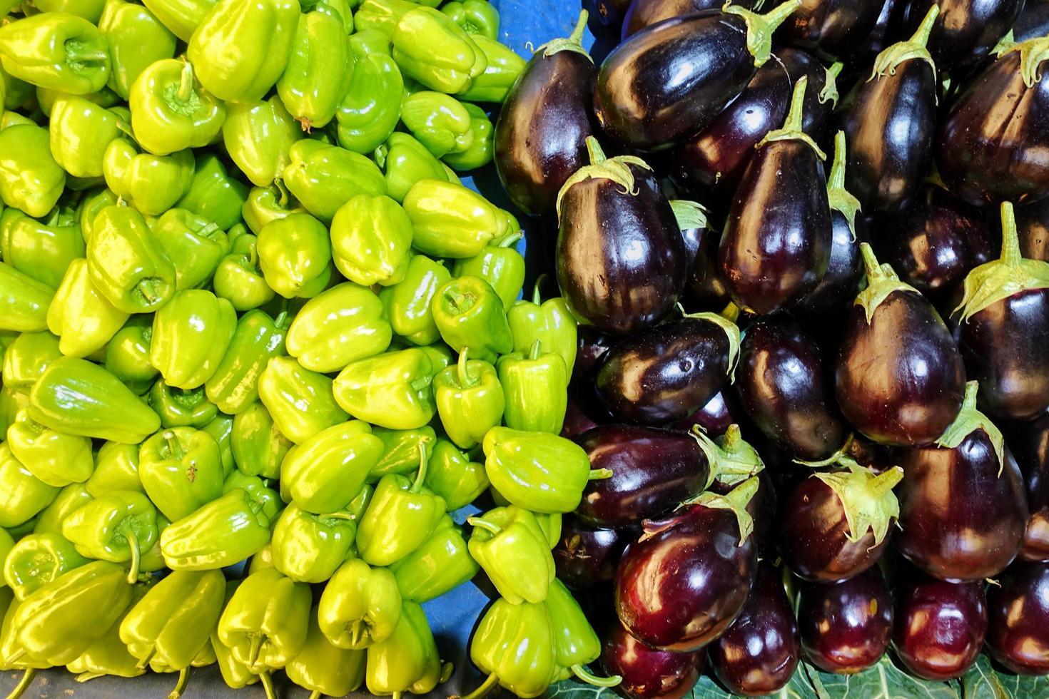 pimiento y berenjena vegetales orgánicos y saludables foto