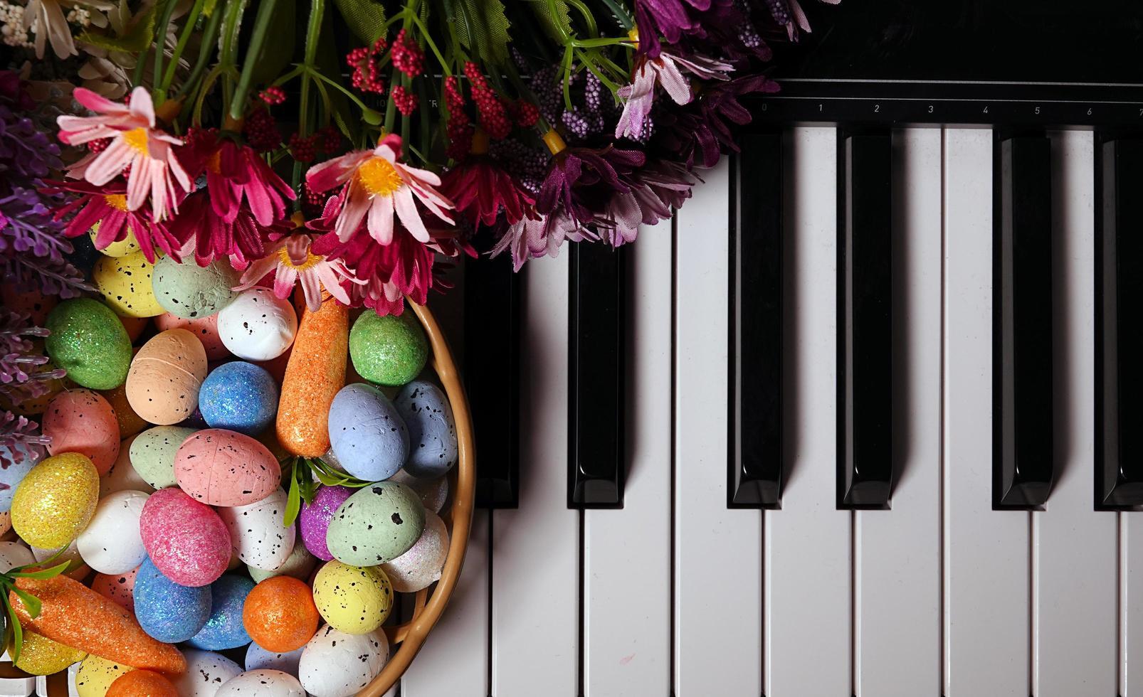 huevos de pascua pascual y teclas de piano y flores foto