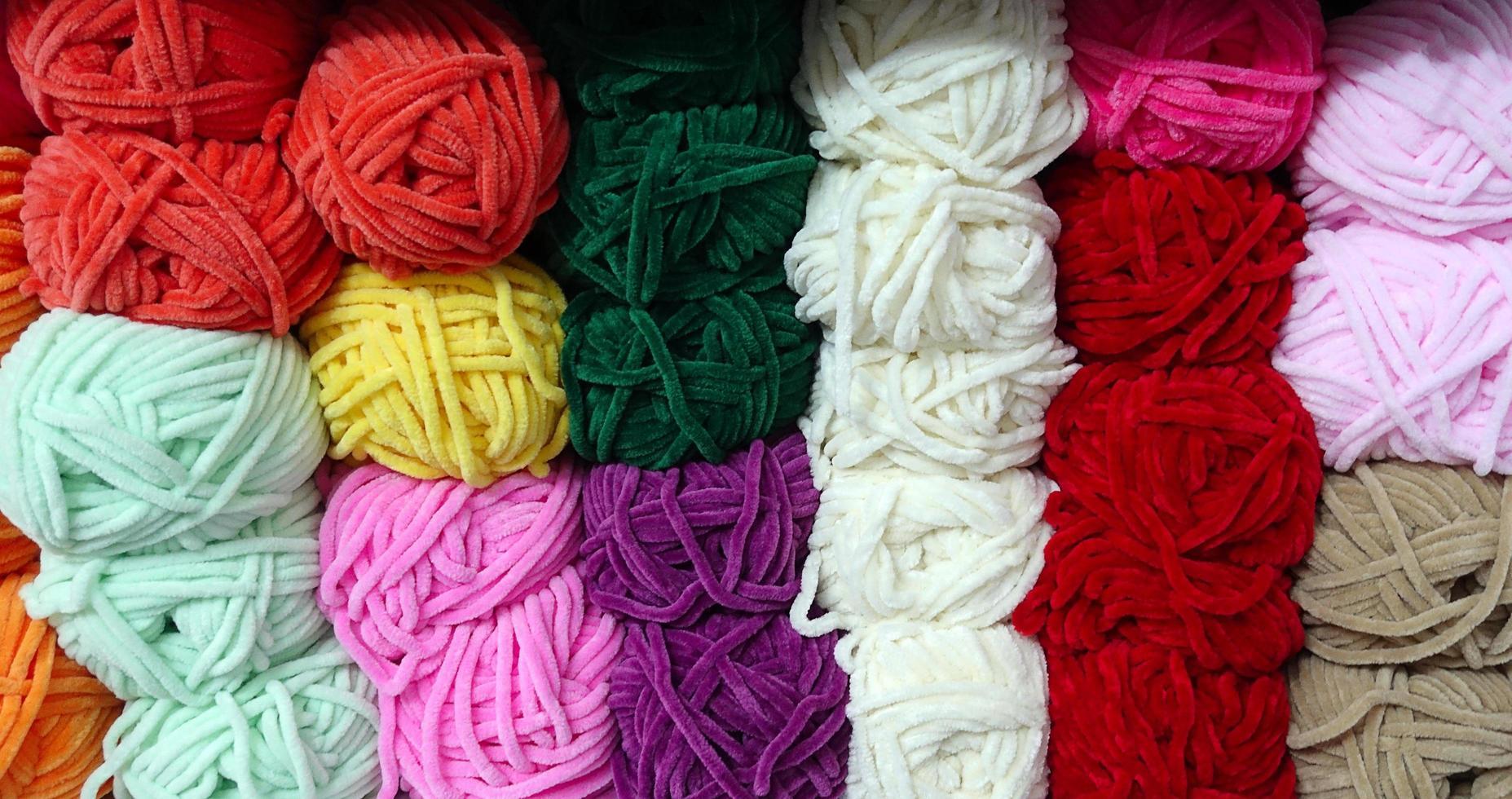 Rollos de tela industrial de material textil colorido de algodón foto