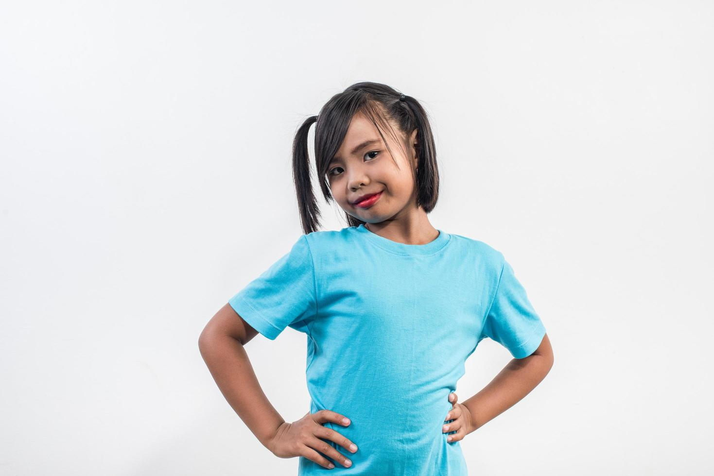 Retrato de niña divertida actuando en tiro de estudio. foto