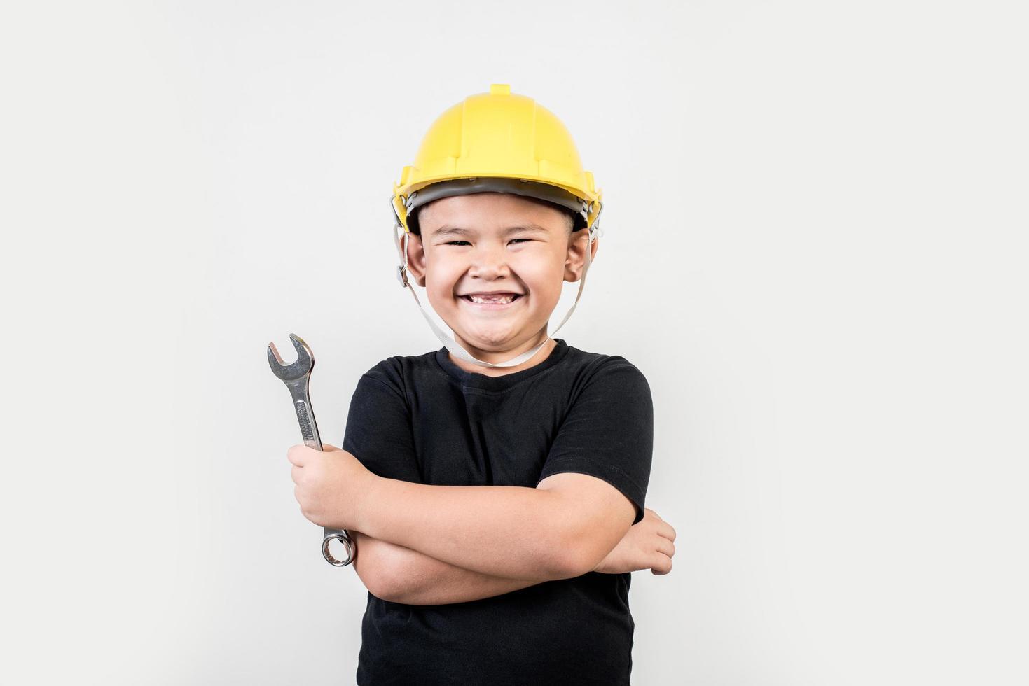 retrato niño feliz con sombrero de ingeniero. foto