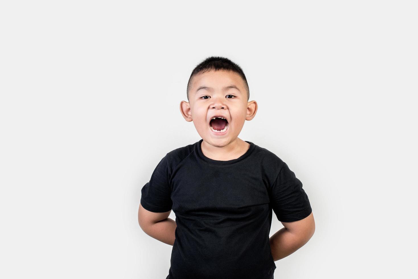Foto de estudio de niño de retrato divertido.