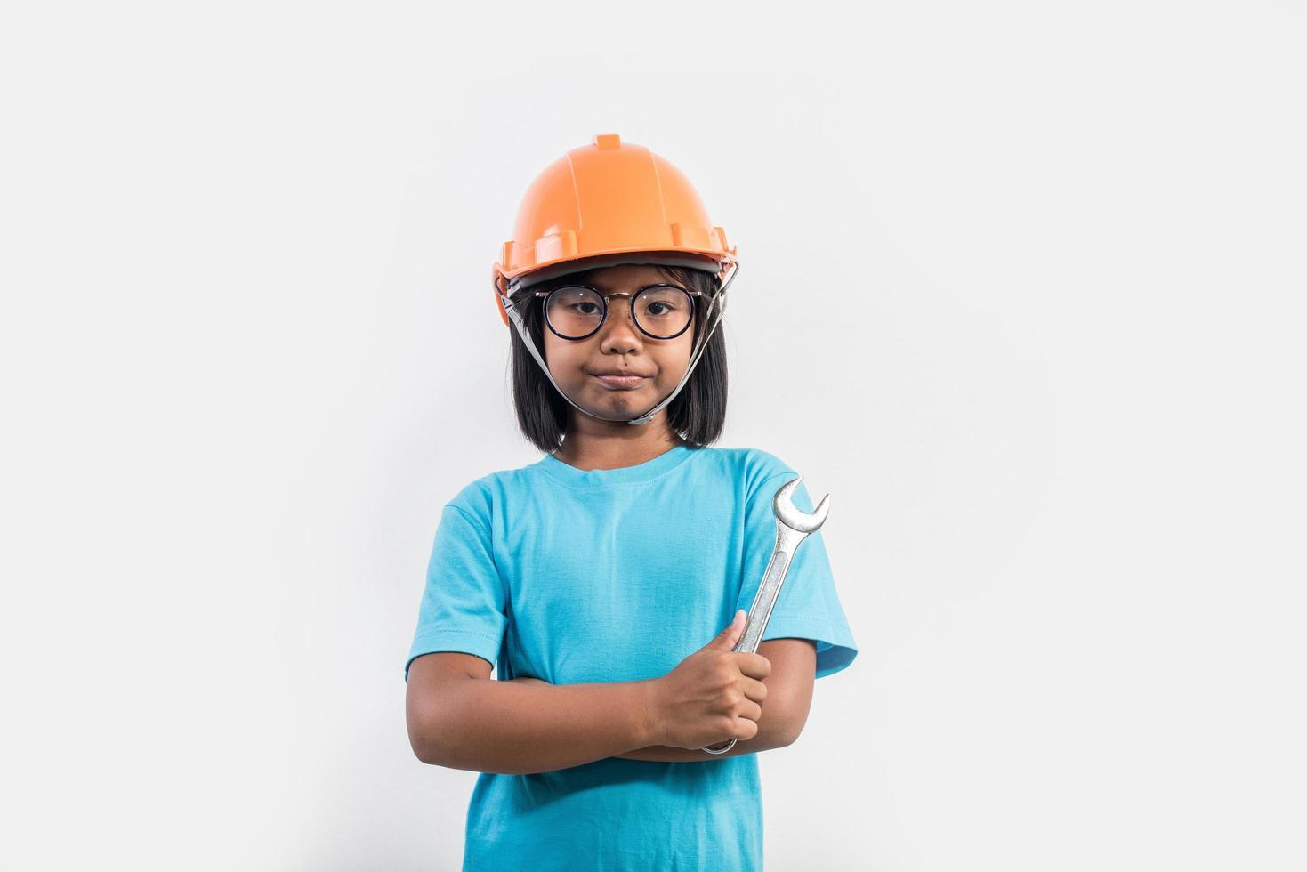 niña con casco naranja en tiro de estudio. foto